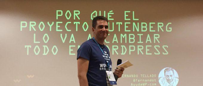 David Pérez presentando a Fernando Tellado en la WordCamp Granada 2018